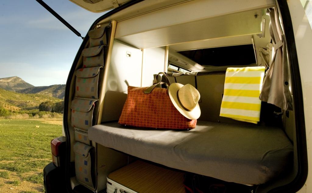 Cosas esenciales en el equipaje para un viaje en furgoneta camper