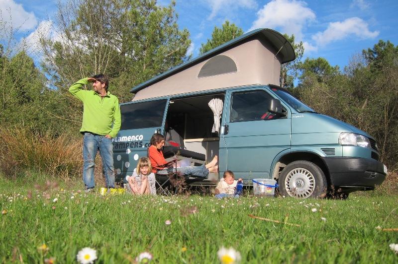 Manuela%20en%20el%20campo2 - Explorando y descubriendo Andalucia en una VW Camper.